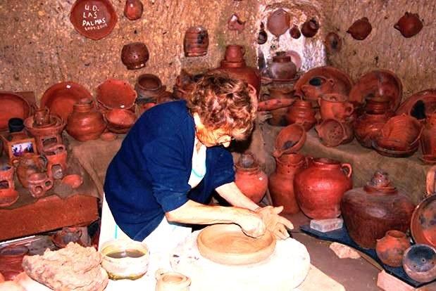La locera María Guerra en su cueva