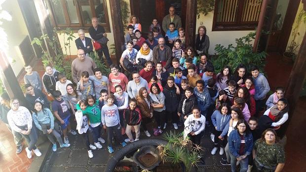 El alcalde con varios concejales y los alumnos y alumnas que realizaron la visita