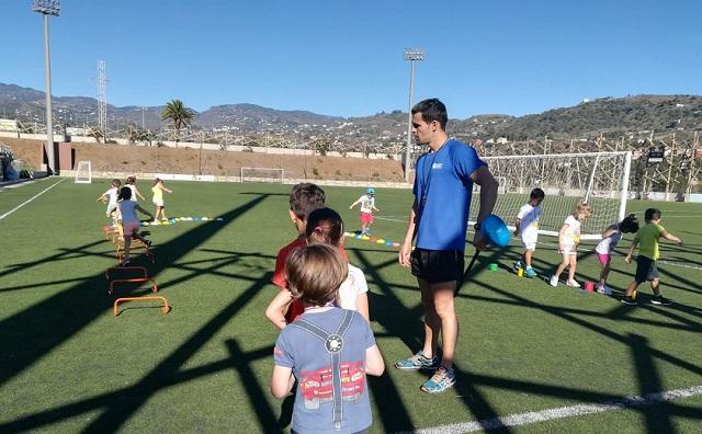 Actividad deportiva en el campo de fútbol