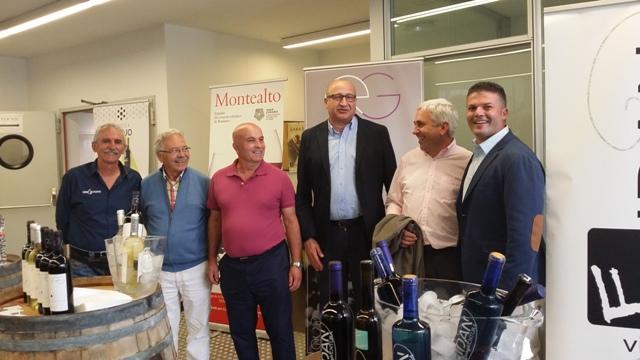El alcalde y el concejal de Agricultura con algunos bodegueros del municipio