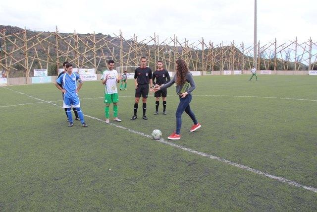 Rocío García realiza un saque de honor en el estadio de Los Olivos