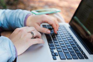 Imagen de una persona con un ordenador