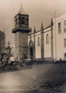Imagen antigua de niños y niñas jugando cerca de la iglesia de Santa Brígida