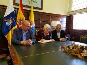 Chicha Reina firma en el Libro de Honor del municipio ante el alcalde, José Armengol, y el concejal de Festejos, José Luis Álamo