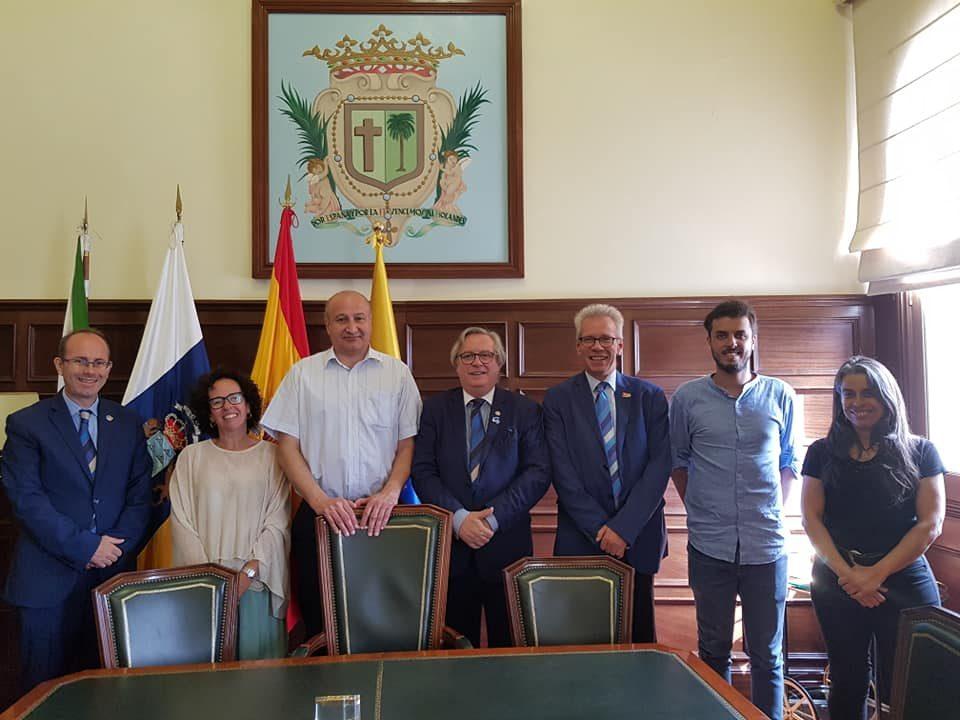 Los responsables municipales y la delegación rotaria