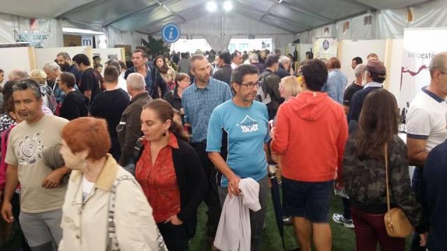 Imagen de asistentes a la Feria de Vino, Queso y Miel celebrada en Santa Brígida