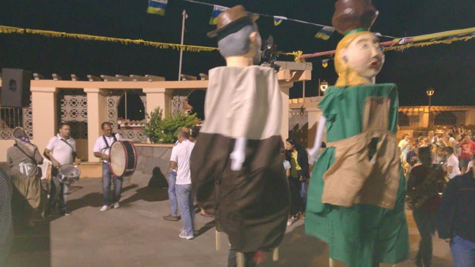 Baile con papahuevos y la banda durante la fiesta de La Atalaya