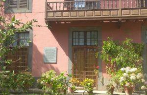 La placa en la fachada de la casa donde vivió López Botas