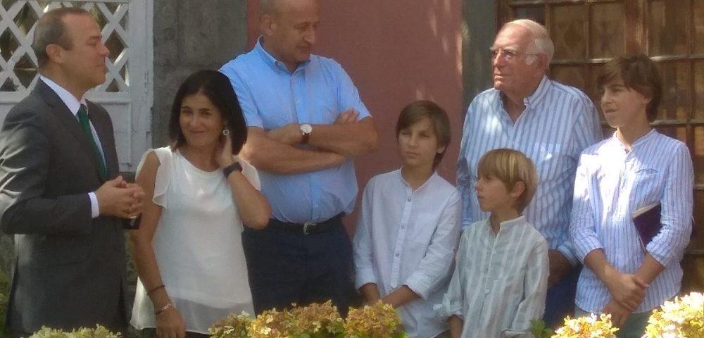 Los alcaldes junto a la presidenta del Parlamento Canario, Juan Cambreleng y varios de sus nietos