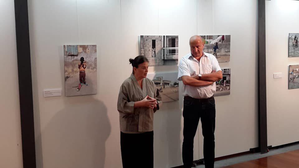 María Miró y el alcalde satauteño, José Armengol, en la inauguración de la exposición 'Cayuco'