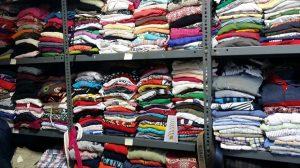 Piezas de ropa almacenadas en el Ropero Social