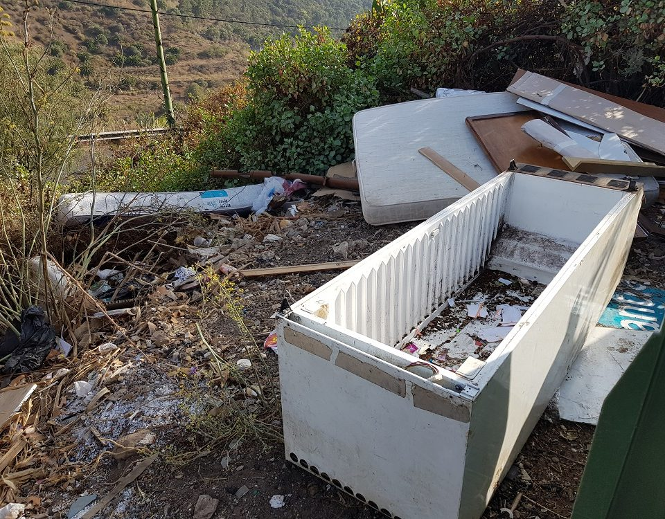 Enseres depositados junto a contenedores de basura