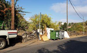 Enseres depositados junto a los contenedores de basura