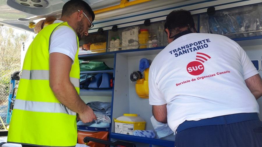 Imagen de personal sanitario en una ambulancia del SUC