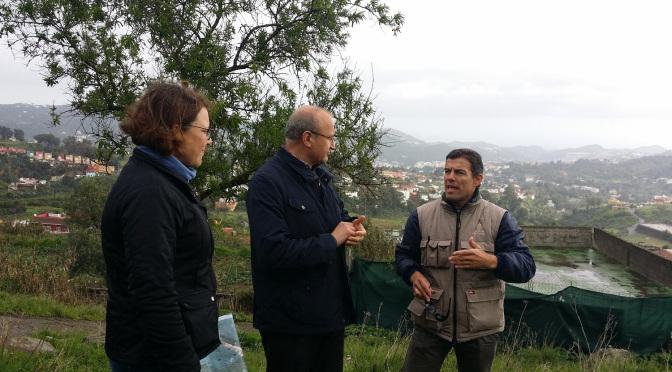 El alcalde con un técnico del Cabildo en una visita a la finca municipal de El Gamonal