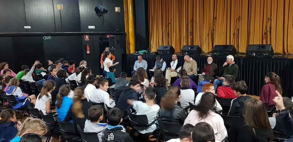 Un momento del encuentro entre escolares y candidatos