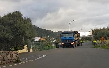 Operarios de Carreteras proceden a descargar maquinaria e instalar señales informativas